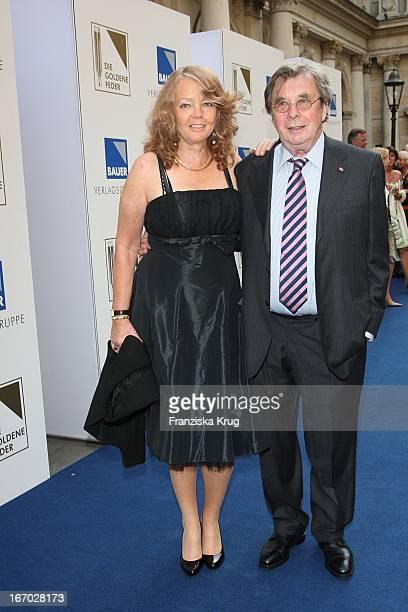 """Hellmuth Karasek Und Ehefrau Armgard Bei Der Verleihung Der """"Goldenen Feder"""" In Der Handelskammer In Hamburg Am 230508 ."""