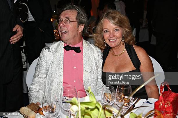 Hellmuth Karasek Und Ehefrau Armgard Bei Der Verleihung Der Goldenen Feder In Der Handelskammer In Hamburg Am 110506