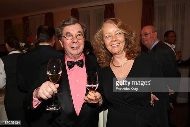 """Hellmuth Karasek Und Ehefrau Armgard Bei Der Verleihung Des """"Champagnepreis Für Lebensfreude"""" Im Hotel Louis. C. Jacob In Hamburg ."""