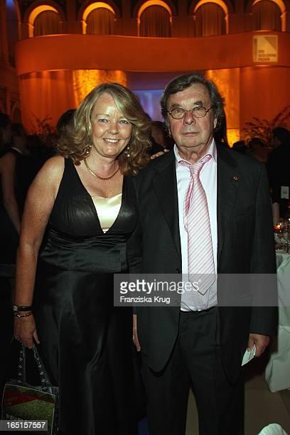 Hellmuth Karasek Und Ehefrau Dr Armgard Karasek Bei Der Verleihung Der Goldenen Feder In Der Handelskammer In Hamburg