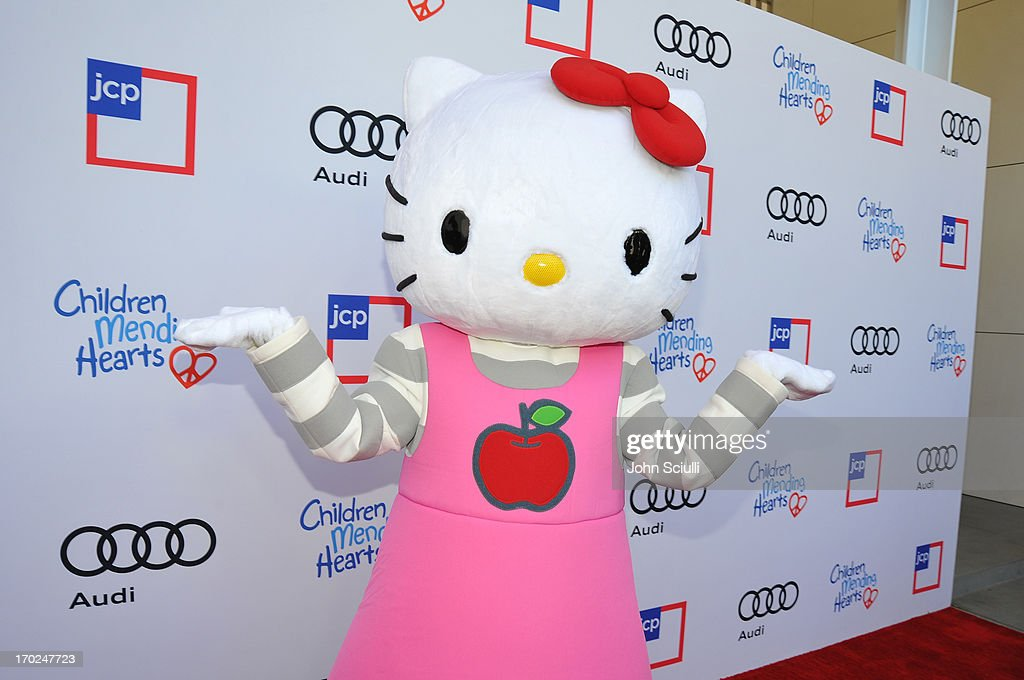 1st Annual Children Mending Hearts Style Sunday - Red Carpet : News Photo