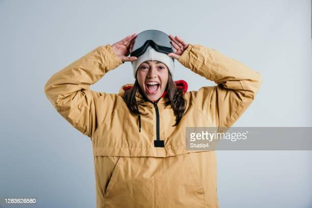 hallo sneeuw, hier kom ik - wintersport stockfoto's en -beelden