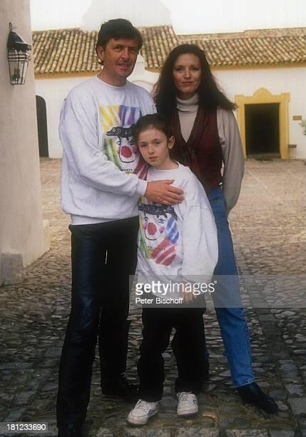 Helmut Förnbacher Ehefrau Kristina Nel Tochter Sandra Urlaub Sevilla /Spanien Hotel Hacienda Benazuza Hof Einfahrt Familie umarmen Promis Prominenter...