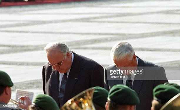 Helmut Kohl and Boris N Jelzin at the Gendarmenmarkt in Berlin on the occasion of the withdrawal of the Russian troops from Germany