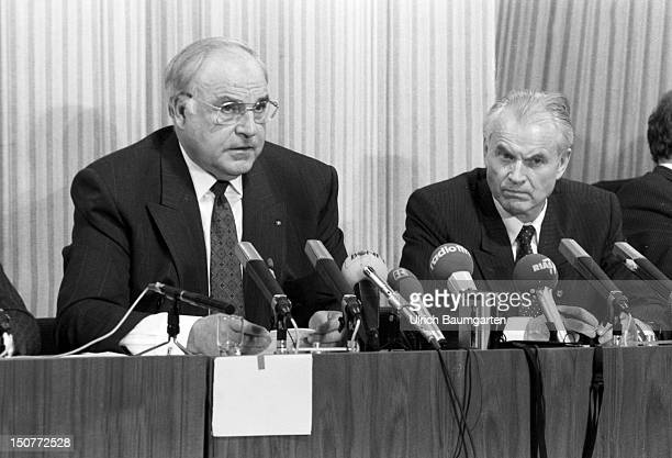 Helmut KOHL CDU Federal Chancellor of Germany and Hans MODROW then Prime Minister of GDR during the press conference in Dresden on the occasion ot...