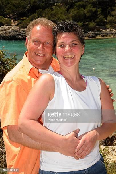 Helmut Lernbecher Ehefrau Yvonne Cala Barca Insel Mallorca Balearen Spanien Europa Urlaub Meer Mittelmeer umarmen verliebt Ehemann Promi BB CD PNr...