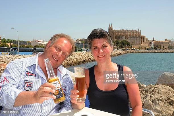 Helmut Lernbecher Ehefrau Yvonne FlitterwochenK r e u z f a h r t mit A I D A v i t a vor Kathedrale von Palma de Mallorca Insel Mallorca Balearen...