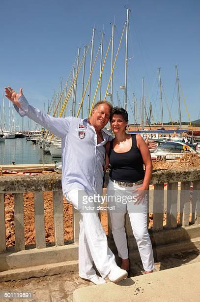 """Helmut Lernbecher, Ehefrau Yvonne , Flitterwochen-K r e u z f a h r t mit """"A I D A v i t a"""", Hafen, Palma de Mallorca, Insel Mallorca, Balearen,..."""