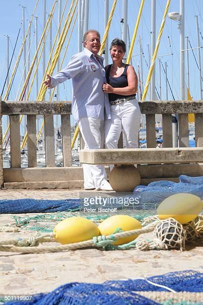 Helmut Lernbecher Ehefrau Yvonne FlitterwochenK r e u z f a h r t mit A I D A v i t a Hafen Palma de Mallorca Insel Mallorca Balearen Spanien Europa...