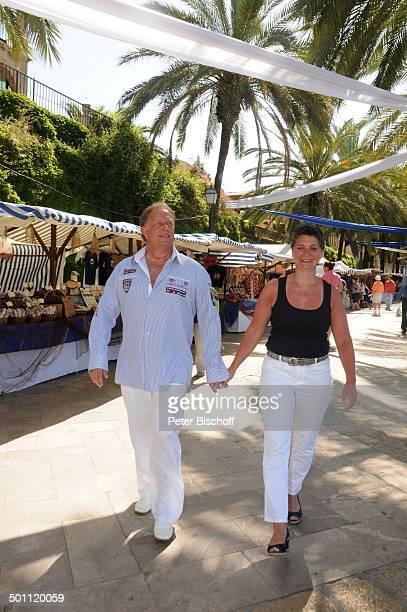 Helmut Lernbecher Ehefrau Yvonne FlitterwochenK r e u z f a h r t mit A I D A v i t a Markt Palma de Mallorca Insel Mallorca Balearen Spanien Europa...
