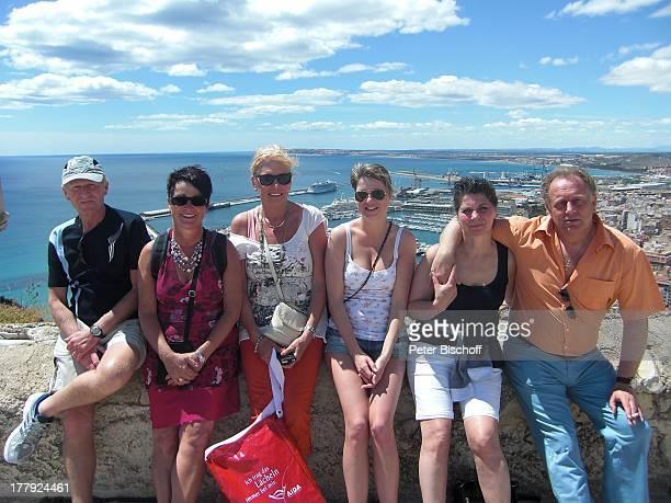 Helmut Lernbecher Ehefrau Yvonne mit Freunden FlitterwochenK r e u z f a h r t mit A I D A v i t a Alicante Spanien Europa Urlaub Landgang Hafen Meer...