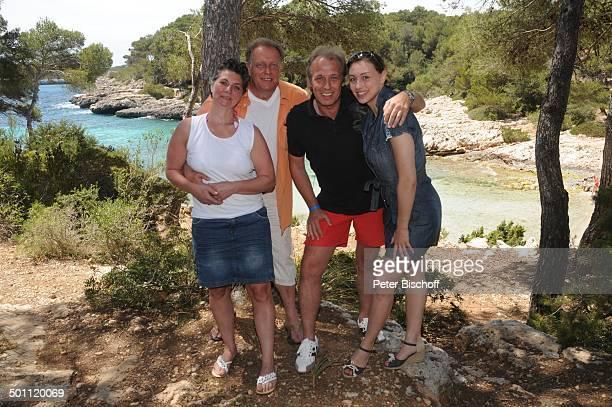 "Helmut Lernbecher und Ehefrau Yvonne , Andreas Lebbing und Carolin Frölian , Flitterwochen-K r e u z f a h r t mit ""A I D A v i t a"", Cala Barca,..."