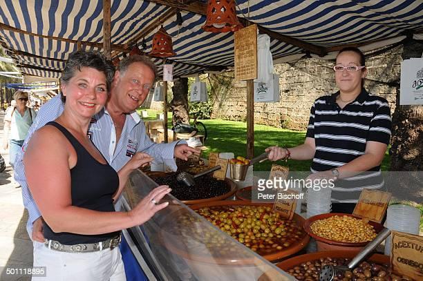 "Helmut Lernbecher und Ehefrau Yvonne mit Verkäuferin, Flitterwochen-K r e u z f a h r t mit ""A I D A v i t a"", Markt, Palma de Mallorca, Insel..."