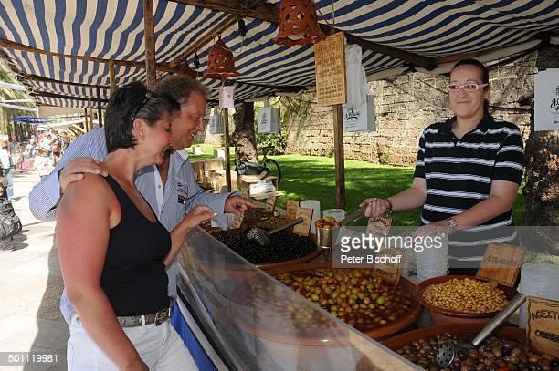 Helmut Lernbecher und Ehefrau Yvonne mit Verkäuferin FlitterwochenK r e u z f a h r t mit A I D A v i t a Markt Palma de Mallorca Insel Mallorca...