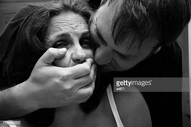 ayuda! - mujer violada fotografías e imágenes de stock