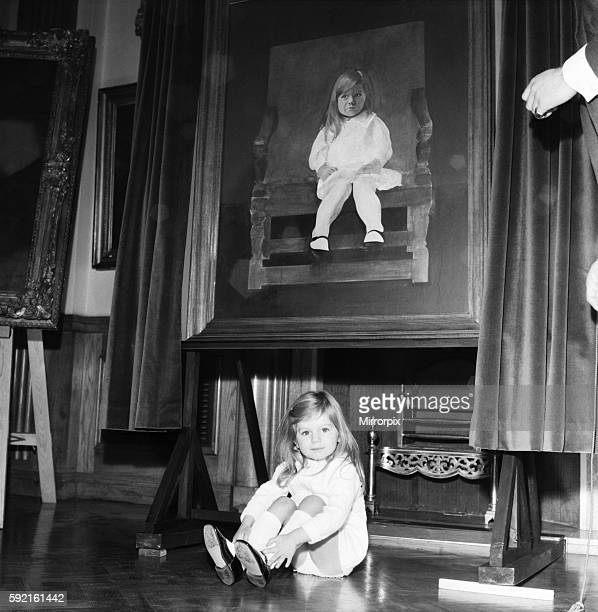 Helped by her dad little Justine Hornby unveils her picture painted by artist Peter Blake December 1969 Z11504002