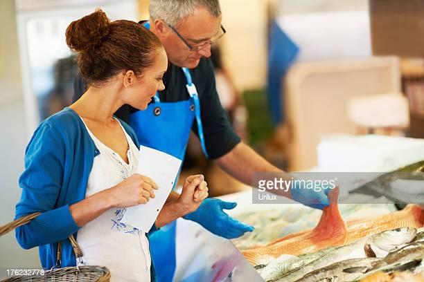 Serviable Le fishmonger'avec le client