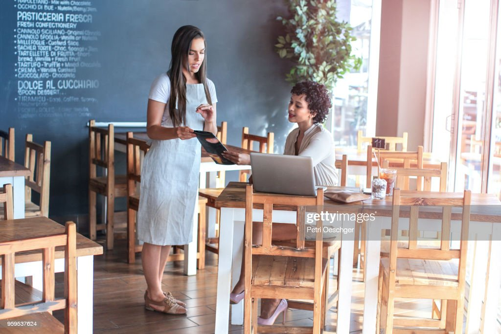 Helpfull Waitress. : Stock-Foto