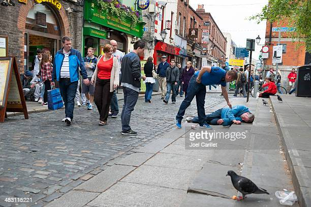 helping a stranger in need - dublin stock pictures, royalty-free photos & images