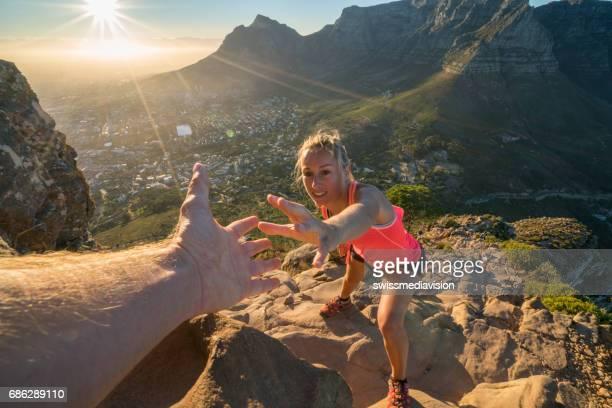Helpende hand boven op de berg