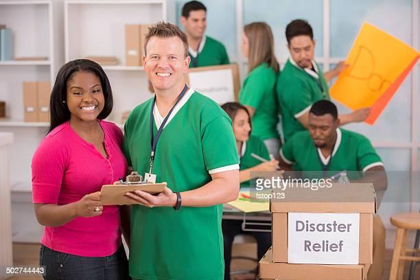 手します。 若者ボランティア災害救援のイベントのお手配を承ります。 - 危機管理 ストックフォトと画像