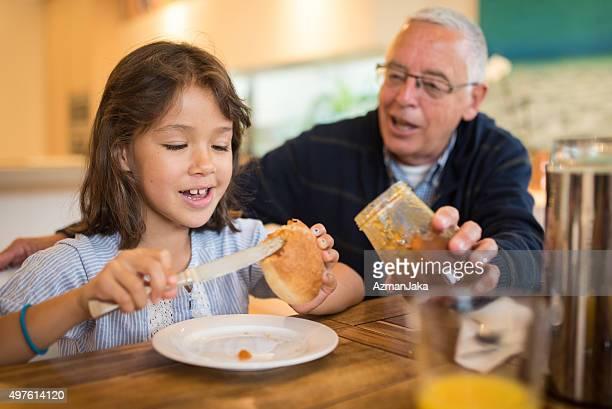 Aiutandola a con la prima colazione