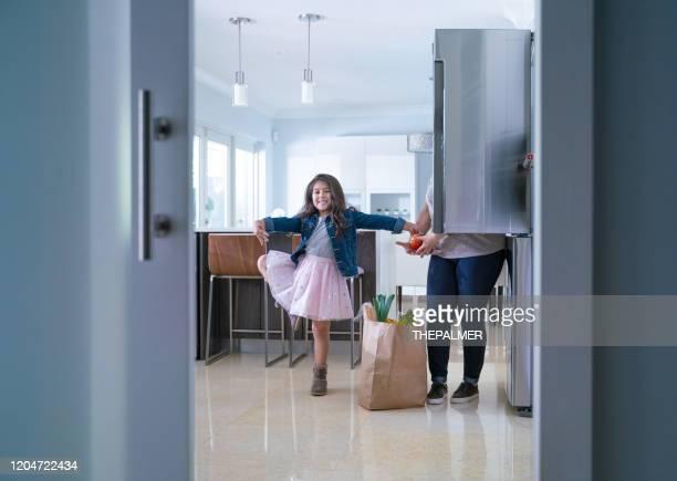 aider maman et danser est tout bon - frigo humour photos et images de collection