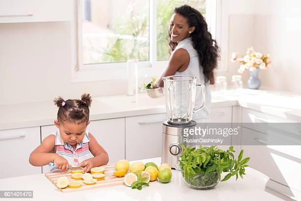 helping mommy, making fresh lemonade. - ethiopian food photos et images de collection