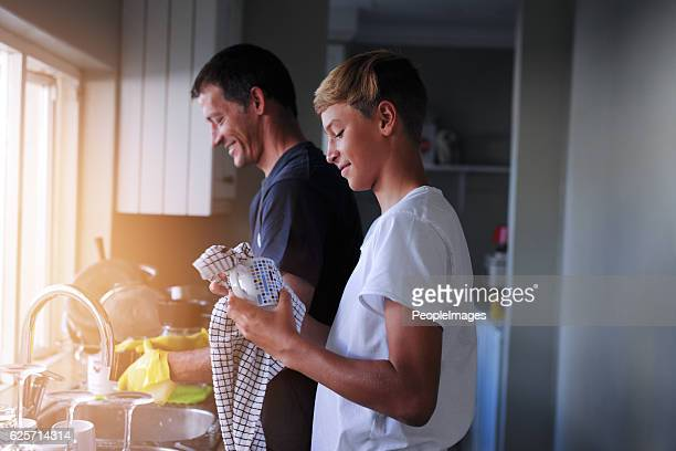 helping out with household chores - tiener stockfoto's en -beelden