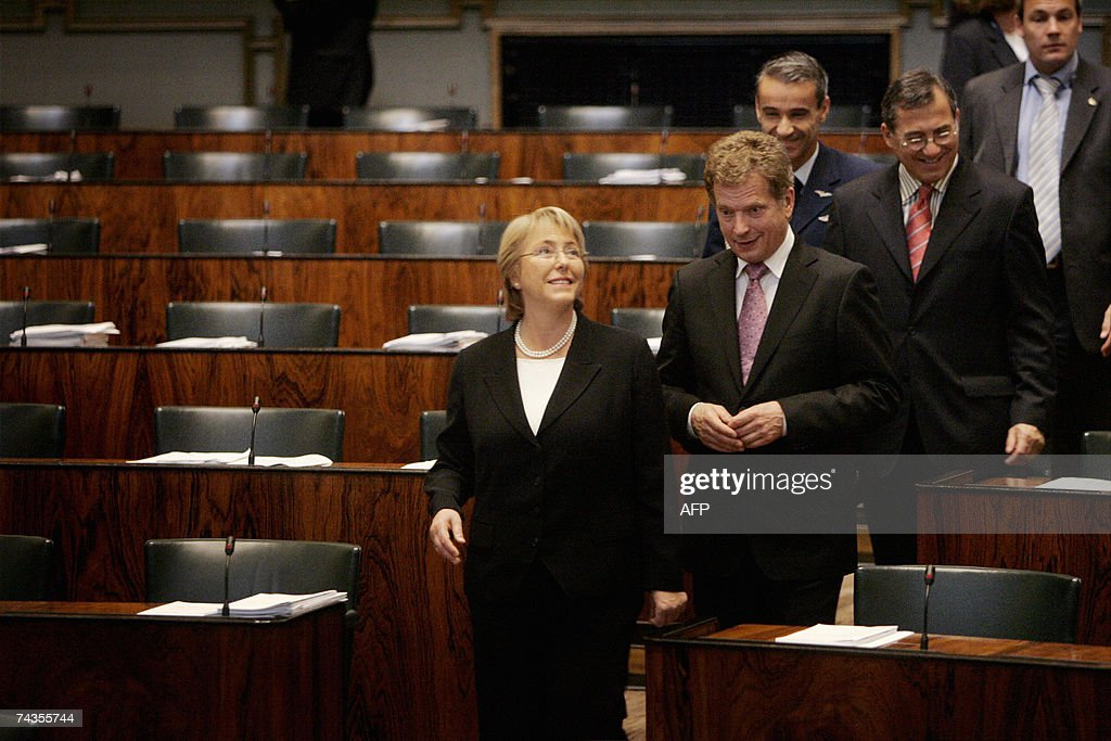 Chilean President Michelle Bachelet (L)... : News Photo