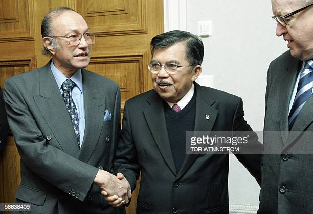 Former Finnish President Martti Ahtisaari who brokered the Aceh peace deal stands with Indonesian Vice President Jusuf Kalla and former separatist...