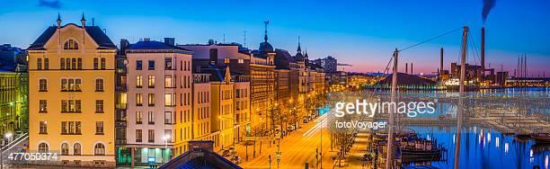 panorama von Helsinki apartment-Gebäude am Hafen in der Dämmerung Finnland beleuchtet
