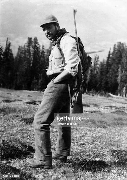 Hemingway, Ernest *21.07.1899-+ Writer, USA Winner of the nobel prize for literature 1954 - hunting, with gun - 1932 - Vintage property of ullstein...