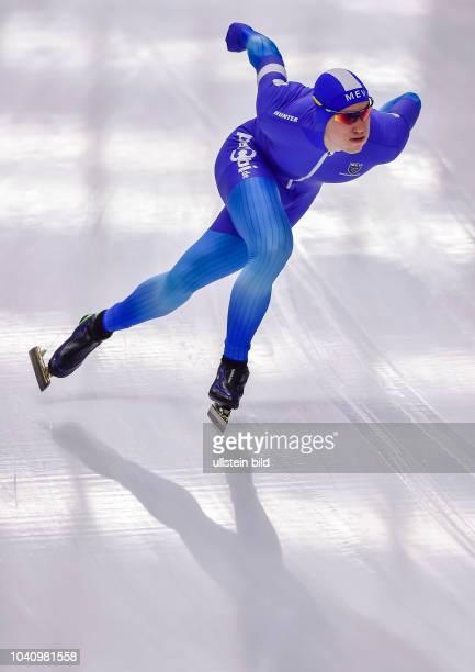 Hendrik Dombek ueber die 500m der Herren in Aktion waehrend der Deutschen Eisschnelllauf Meisterschaft in der Max Aicher Arena am 27. Oktober 2017 in...