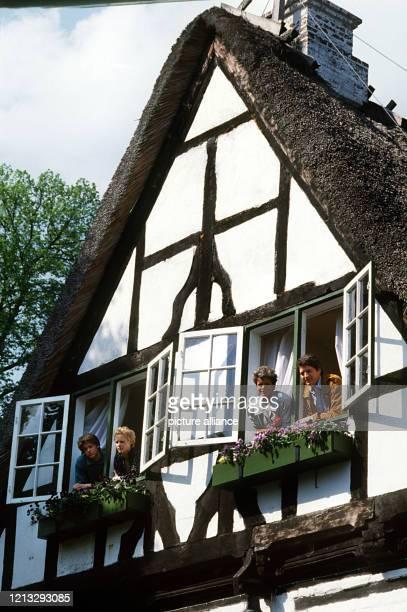 Hendrik Martz, Katharina Lehmann, Uschi Glas und Christian Quadflieg als Landarzt-Familie Mattiesen, aufgenommen bei Dreharabtein im Mai 1986. Foto:...