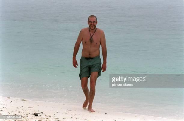 """Hendrik, Teilnehmer der SAT.1-Abenteuer-Show """"Das Inselduell"""", läuft am 3.6.2000 am Strand der malayischen Insel Simbang entlang. Die Kandidaten der..."""