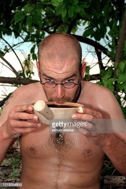 """Hendrik, Teilnehmer der SAT.1-Abenteuer-Show """"Das Inselduell"""", trinkt am 3.6.2000 auf der malayischen Insel Simbang den Saft einer Kokosnuss. Die..."""