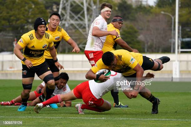 Hendrik Tui of the Suntory Sungoliath dives to score his side's sixth try during the Top League match between Toyota Verblitz and Suntory Sungoliath...