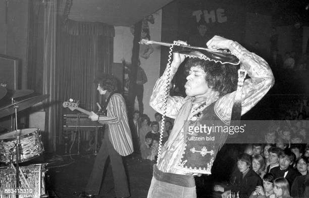 Hendrix Jimi * Gitarrist Rockmusiker USA waehrend eines Konzertes in Hamburg