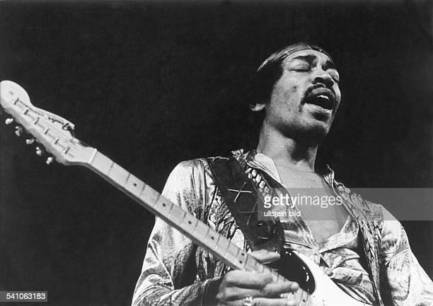 Hendrix, Jimi *-+Gitarrist, Rockmusiker, USA- Portrait bei einem Auftritt- undatiert