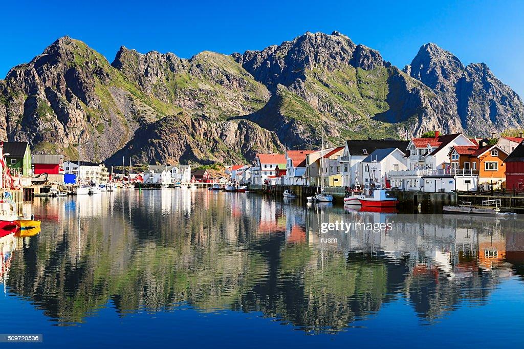 Noruega Henningsvaer, pintoresca pesca aldea en Lofoten Islas : Foto de stock