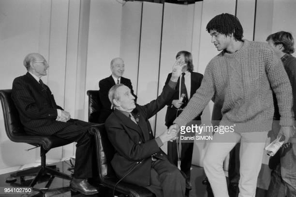 Henri Cochet félicite Yanick Noah en compagnie de Jean Borotra et René Lacoste lors de la victoire de l'équipe de France de tennis en Coupe Davis le...