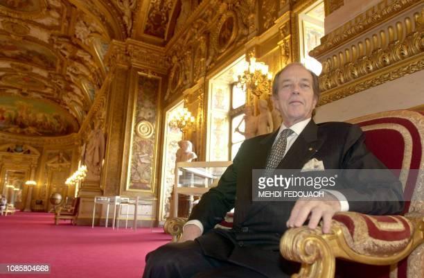 Henri d'Orléans aujourd'hui comte de Paris duc de France et actuel chef de la maison royale de France pose pour le photographe le 10 juin 2002 au...