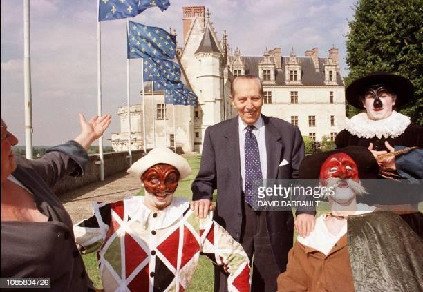 Henri d'Orléans comte de Paris héritier dynastique des 40 rois de France né le 5 juillet 1908 pose en compagnie des comédiens de la Commedia dell...