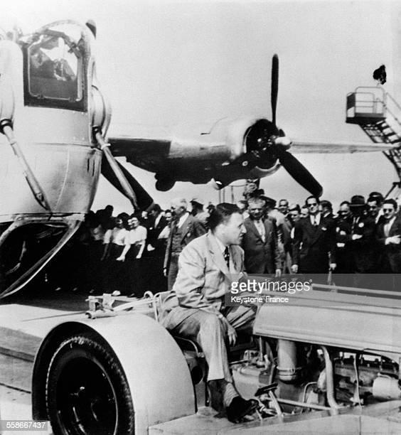 Henri Ford II sur un tracteur tirant le dernier bombardier sorti de ses usines à Détroit EtatsUnis en 1945