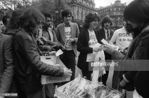 Henri Giscard d'Estaing fils de Valéry Giscard d'Estaing candidat à l'élection présidentielle et la chanteuse Dani vendent le 01 mai 1974 à Paris des...