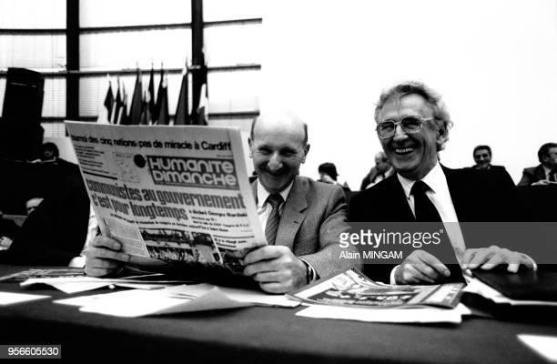 Henri Krasucki avec un exemplaire de l'Humanité et Roland Leroy lors du 24e congrès du Parti communiste français le 7 février 1982 à SaintOuen France