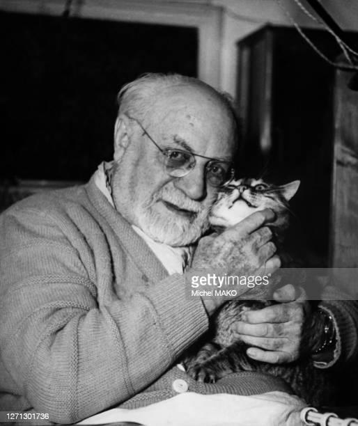 Henri Matisse, chez lui avec son chat, 1951.