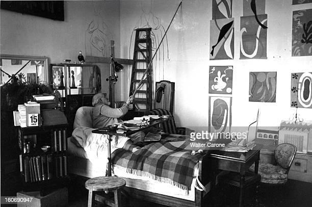 Henri Matisse In Nice Henri MATISSE alité suite à une paralysie dans sa chambreatelier de l'ancien hôtel Régina sur la colline de Cimiez à Nice...