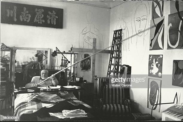 Henri Matisse In Nice. Henri MATISSE, dans la chambre-atelier de l'ancien hôtel Régina sur la colline de CIMIEZ à NICE, assis dans son lit suite à...